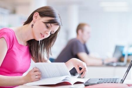 Chica estudiando con portátil